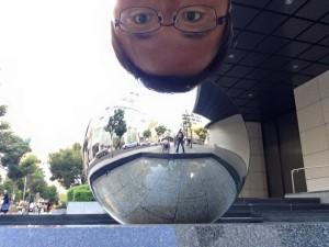 西川さん、乾さんは三井住友銀行のオブジェの前で。リフレクトが印象的!
